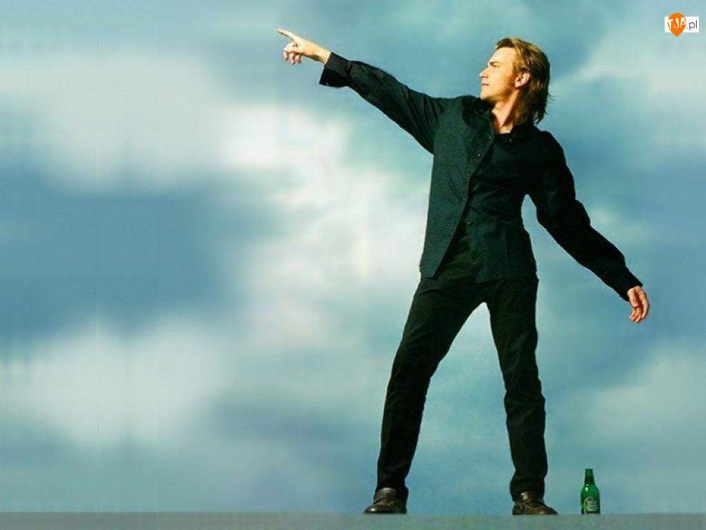 butelka, Ewan McGregor, ciemny strój