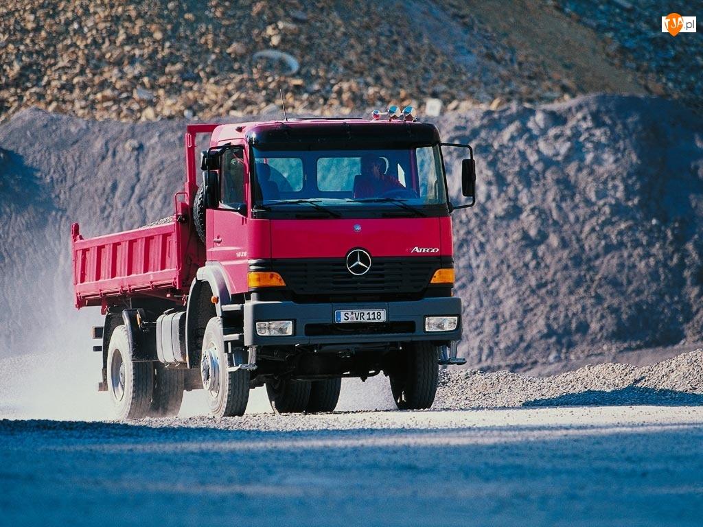 Czerwona Ciężarówka Mercedesa