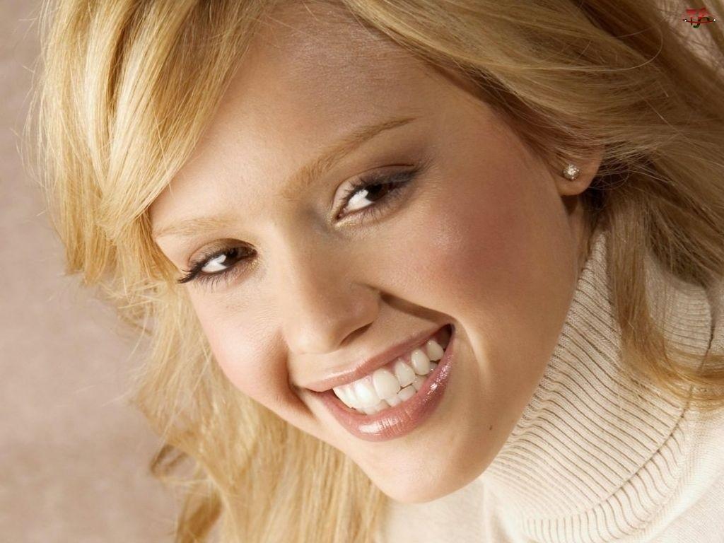 uśmiechnięta, Jessica Alba