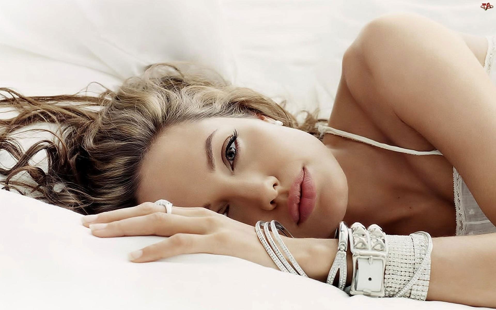 Pościel, Angelina Jolie, Biała