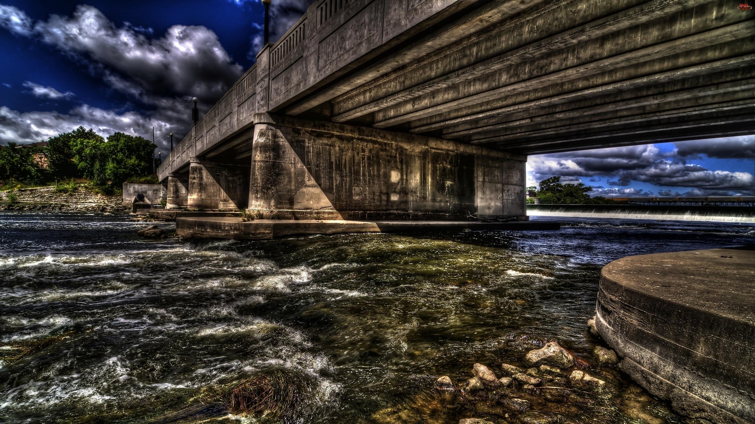 Most, Chmury, Rzeka