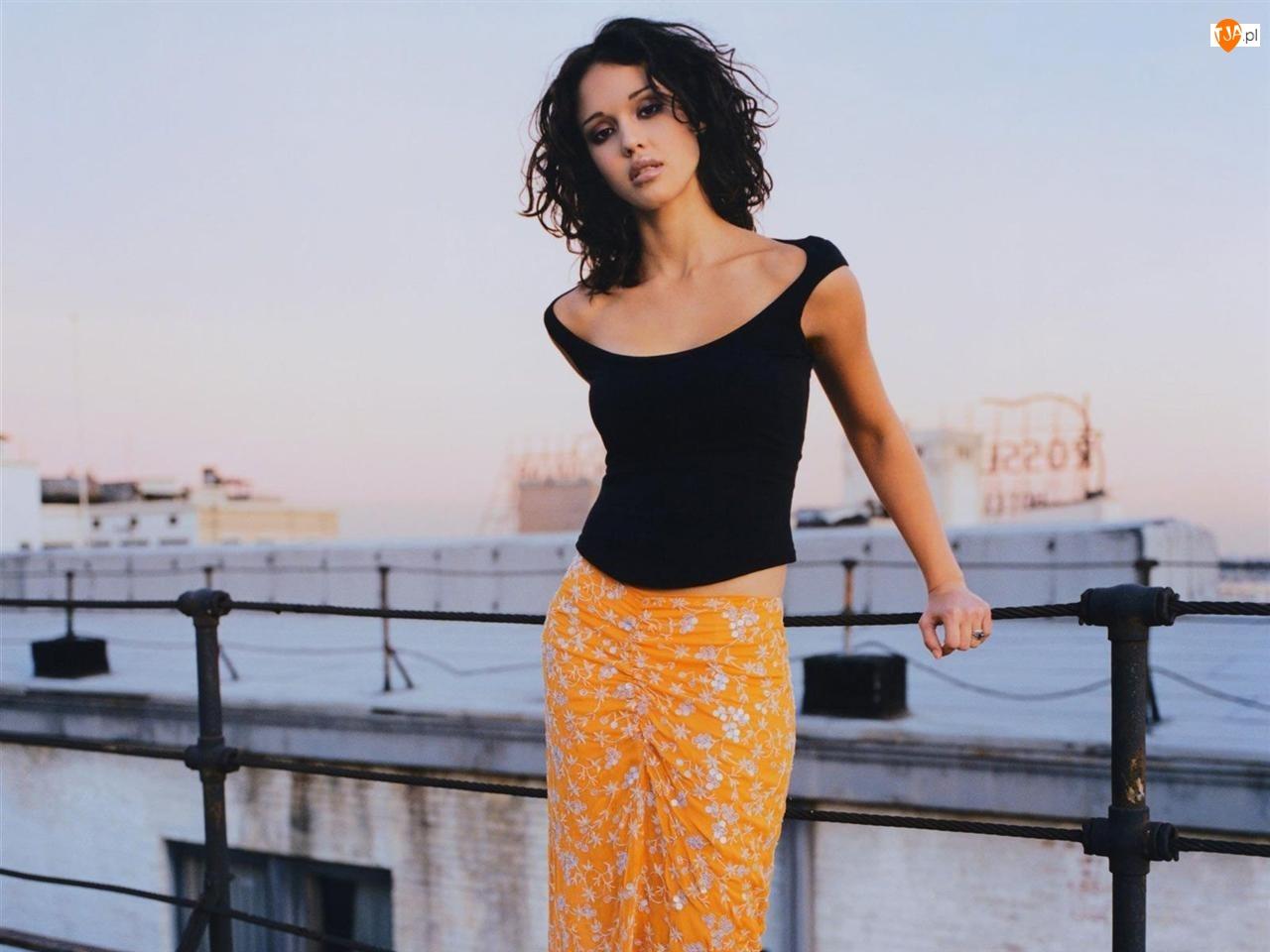 Jessica Alba, Port